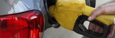 Funcionário de posto de gasolina abastece carro em São Paulo (22/08/2013)